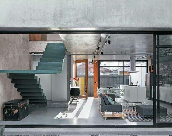 escada turquesa e teto concreto