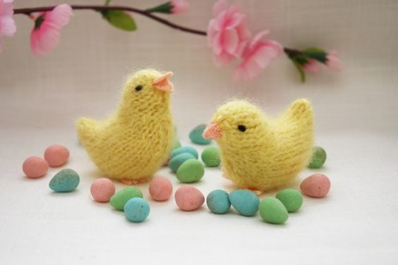 Free #knitting #pattern by Barbara Prime for adorable knit chicks.