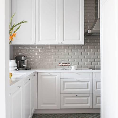Wszechobecna Biel Klasycznej Kuchni Przelamuja Dekoracyjne Plytki Na Scianie I Podlodze Biel Rozswietla Pomieszcz Classic Kitchens Kitchen Cabinets Home Decor