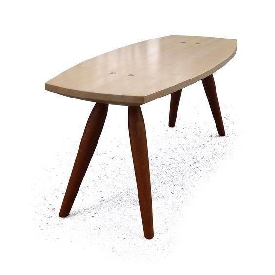 Table à rêvasser - Table basse en Pruche de l'Ouest et Sappeli - Assemblages en tenons alésés traversants et encornés - Fini vernis et huile d'Abrasion - Faite avec des outils manuels traditionnels, sans l'aide de machines - 39 x 16.5 x 16.75 po. - 99 x 42 x 42.5 cm - julienhardydesign.com