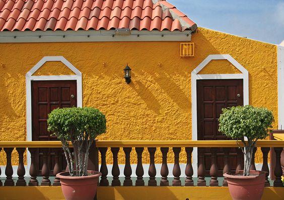 yellow stucco house curacao maison au stuc jaune