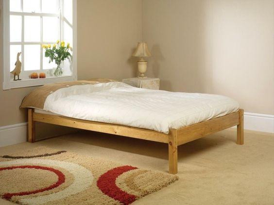 bett ohne kopfteil schlichtes bett holz schöner geometrischer - teppich im schlafzimmer