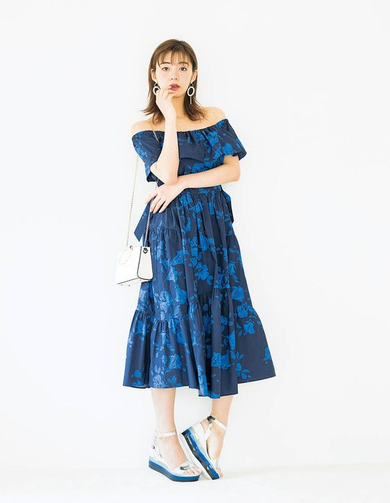 青いドレスの池田エライザ