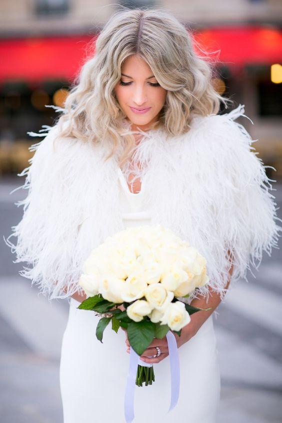 Chaqueta con plumas para las novias más modernas: