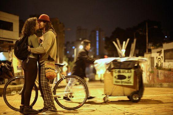 Fotógrafo viaja o mundo capturando beijos pelas ruas das cidades | Estilo