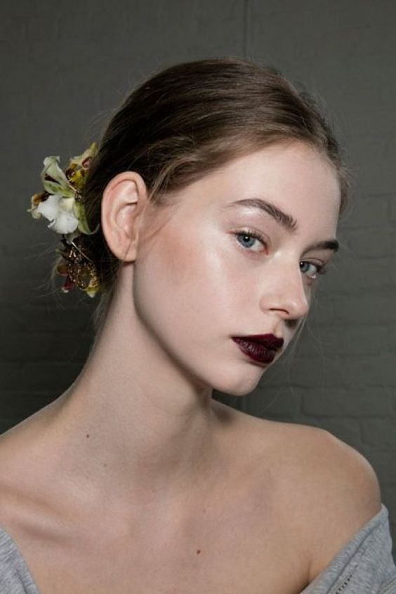 Makeup look: glossy lids with dark berry lip