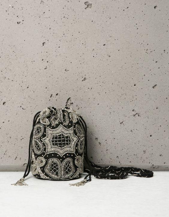 Bershka España - Bolso tipo pouch detalles beads