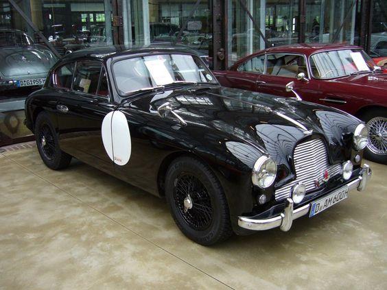 Aston Martin DB 2/4 Mark I. Baujahr 1954. Der DB 2/4 wurde von 1953 - 1959 in insgesamt 3 Serien gebaut. Von dem hier gezeigten Modell der ersten Serie sollen 463 Coupes und und 102 Cabriolets gebaut worden sein.