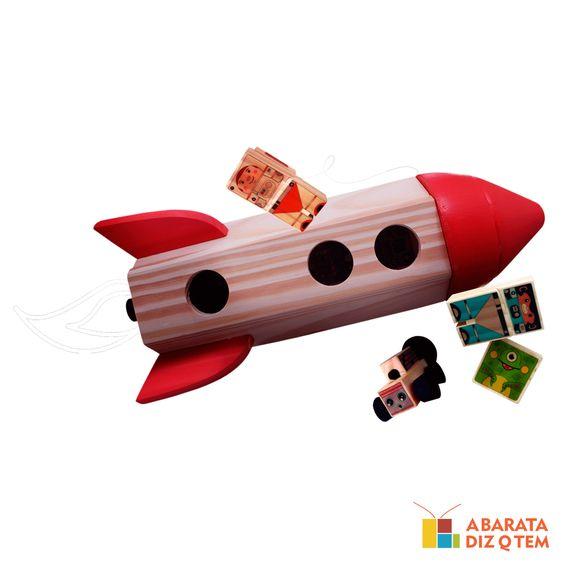 """Foguete de Madeira - Kitopeq - Este é o Foguete, o mais novo lançamento feito de madeira para explorar o espaço. Cansados de estudar a Lua e o Sistema Solar, o objetivo desta nova missão é descobrir as diversas maneiras de se divertir por horas e, com certeza, o astronauta, o macaco astronauta, a sonda lunar e o alienígena ajudarão para isso acontecer. """"Foguete chamando Planeta Terra""""..."""