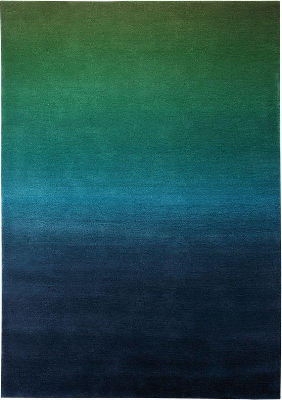 Wer in einer Farbe schwelgen möchte ist bei diesem Teppich richtig! Ein Farbverlauf, der in feinsten Schattierungen getuftet wurde. Der dichte Flor lässt den Farbverlauf optisch noch weicher erscheinen.