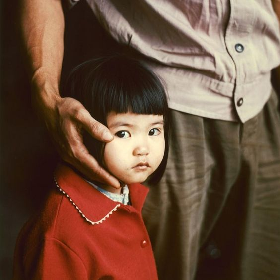 Thomas Billhardt-1975 - Hanoi doang Trang, 4 years old, is amazed at the large foreigner-Photographer
