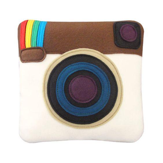 Coole Idee für ein Kissen..Für alle Kamera- uns Instagramm-Liebhaber! Instagram Pillow by Craftsquatch!
