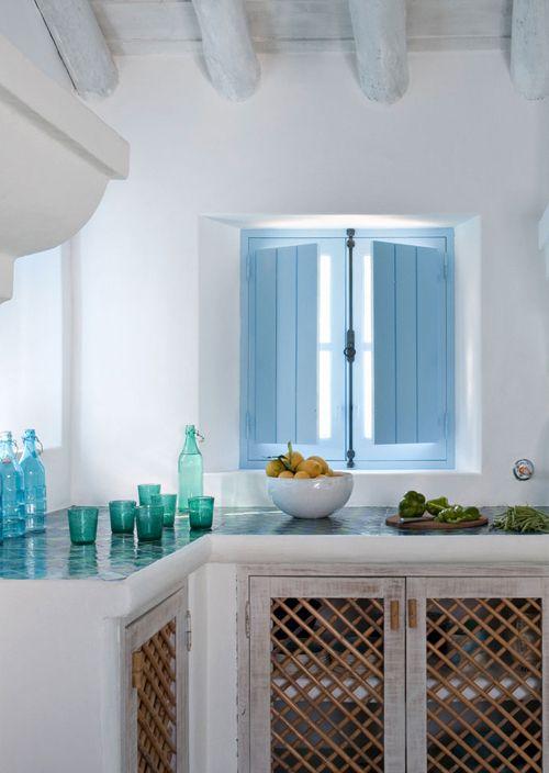 cocina rústica, muebles de obra y encimera de azulejo, puertas con marcos decapados y rejilla de caña