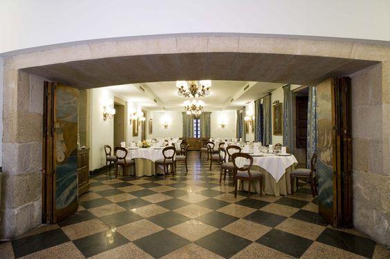 #parador de #Pontevedra ideal para #bodas #medievales #palacios #encanto muestra una cena #banquete #salon