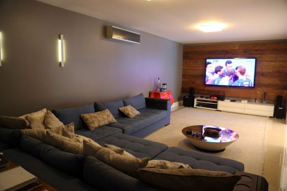 Sala de tv | confortável | Parede cor cinza | sofá seis lugares | home theater | tv room
