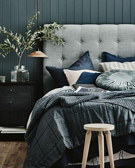 chambre à coucher en gris et bleu, lampe suspendue, tête de lit capitonnée, lambris gris