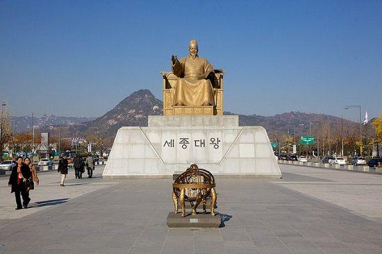 Kết quả hình ảnh cho Tượng vua Sejong tại quảng trường Gwanghwamun của Hàn Quốc