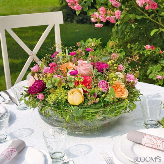 Sommerfest-Ideen Romantische Tischdeko mit Rosen - Blumengesteck - tischdeko basteln sommerfest
