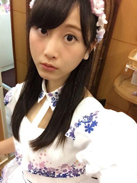 アイドル衣装を着た松井玲奈
