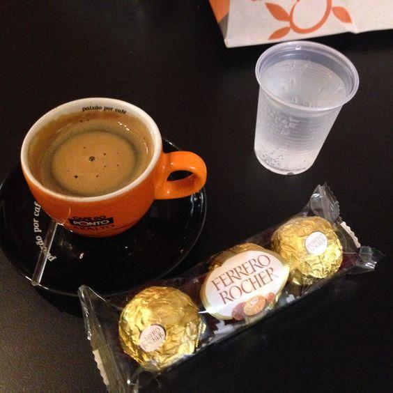 Água com gás + Café Expresso + Ferrero Rocher - CAFÉ DO PONTO/GOIÂNIA SHOPPING (Goiânia - Go)