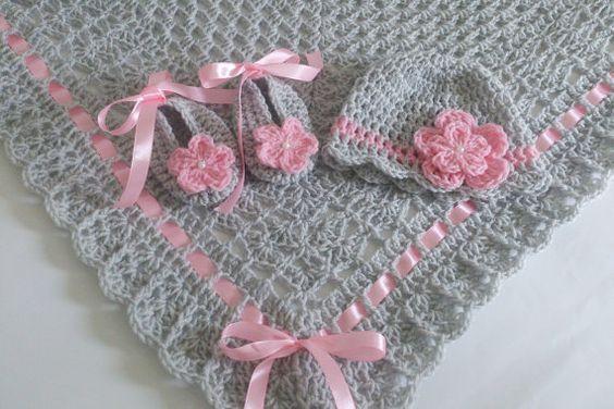 Handmade, schöne Gehäkelte Decke, ist Ideal für Ihr Baby abdeckt.  In grau dekoriert mit Satinband Bögen in Rosa.  Abmessungen ca. 34 x 34 …