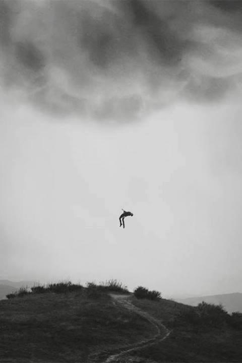 """نه آنقدری به دوست داشتنم مطمئنی که یک بار برایِ همیشه بخواهی ام و نه دلش را داری که بگذاری بروم ... چند چندی با خودت ؟ دلت کجا مانده که اینگونه مرا لایِ منگنهِ """" بلاتکلیفی """" میگذاری ؟ #رکسانا_احمدشاهی"""