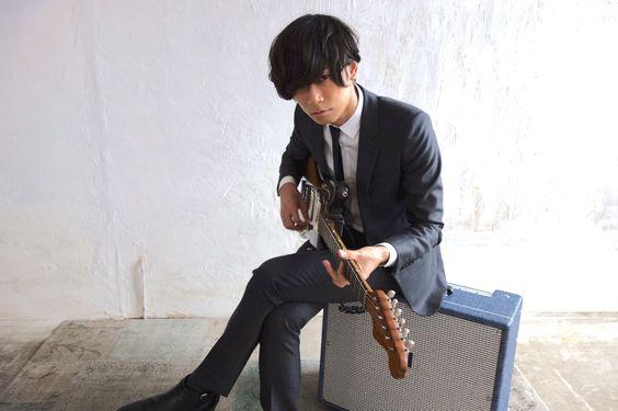 ギターを演奏する川上洋平