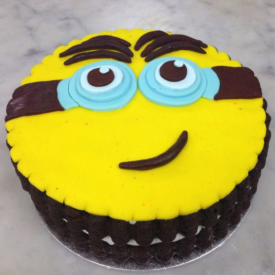 Despicable Me Minion Cake... spoil your kid with a themed party :)