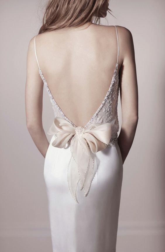 Hübsche Brautkleid-Idee mit Schleife und Stickereien im Rücken
