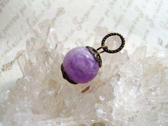 他サイトでご注文いただきました。ありがとうございました。□薄い紫色のラベンダーアメジスト1粒(丸玉直径12ミリ)に、上下に真鍮古美色9ミリのビーズキャップをか...|ハンドメイド、手作り、手仕事品の通販・販売・購入ならCreema。