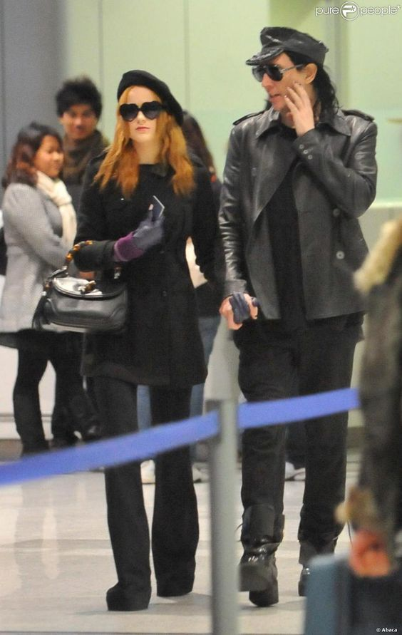 Marilyn Manson et sa petite amie Evan Rachel Wood arrivent à l'aéroport Roissy Charles de Gaulle à Paris en décembre 2009   Observations: World rights