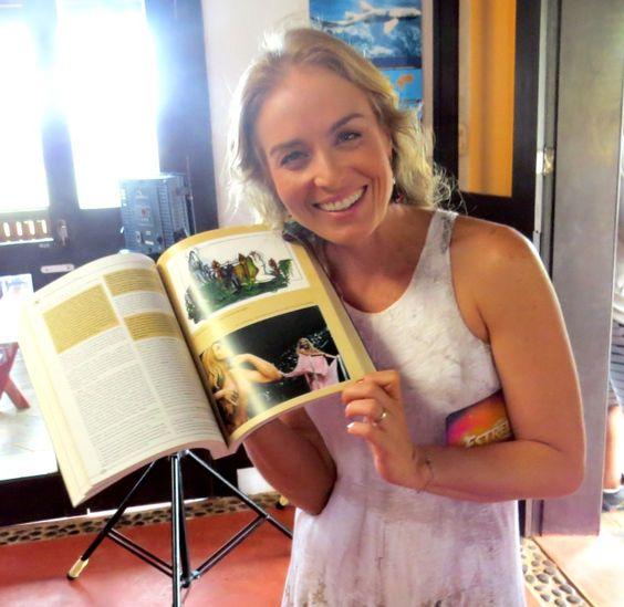Angélica recebeu o livro com registro do desfile (Foto: Ana Clara Marinho)