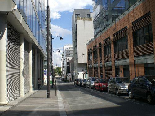 Par+la+grâce++:+...+d'un+livre+léger+à+poster,+je+découvre+aux+alentours+de+mon+nouveau+lieu+d'études+et+d'écriture,+des+rues+neuves+et+inconnues+(jusqu'à+présent+de+moi).+Je+me+prends+à+imaginer+qu'elles+seraient+à+Bruxelles+et+qu'en+sortant+une+vie,+une+autre,+un+autre+m'attendrait.  [vendredi+13+août+2010,+vers+la+BNF,+en+fin+de+matinée]+|+gilda_f