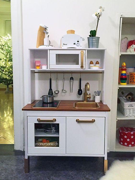 Lotta hat von uns die Spielküche von Ikea geschenkt bekommen. Zeitweise fand ich aber die originale Duktig Spielküche von Ikea etwas langweilig. Daher haben wir sie noch gepimpt. Beispiele dafür ha…