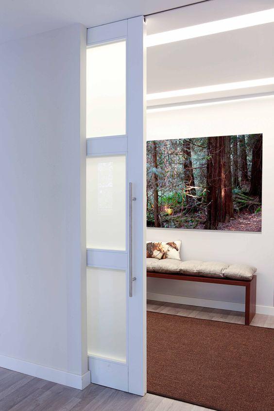 Puerta corredera de suelo a techo e iluminacion oculta en - Riel puerta corredera ...