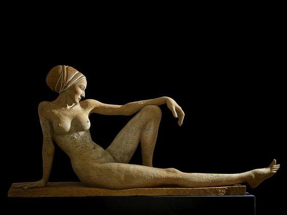 Apolonia, Skulptur, Plastik aus dem Holz einer Eiche vor neutralem Hintergrund, von Malgorzata Chodakowska