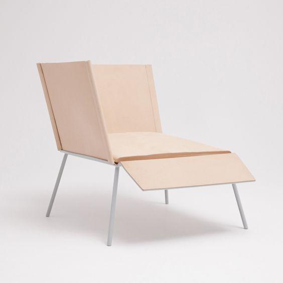 Le designer Thom Fougere, installé au Canada, a imaginé une nouvelle typologie d'assise. Deux dossiers disposés en angle droit lui permettent d'offrir deux positions principales à son utilisateur. ...