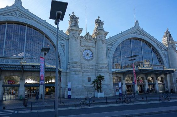 On 28 December 1984, the railway station was classified as monument historique.[2] The architect of the 1898 station was Victor Laloux, with four allegorical limestone statues of cities by Jean Antoine Injalbert (Bordeaux and Toulouse) and Jean-Baptiste Hugues (Limoges and Nantes).