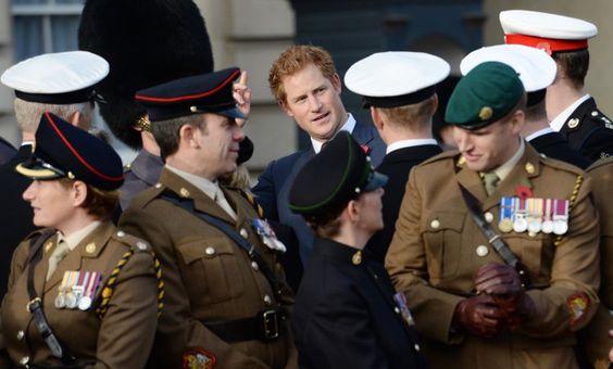 Pin for Later: Le Prince Harry Prend le Bus Pour Se Rendre au Travail Le Prince Harry Pour Poppy Day