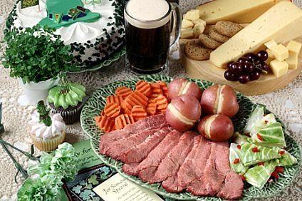 Cómo servir una cena tradicional irlandesa para el día de San Patricio | eHow en Español