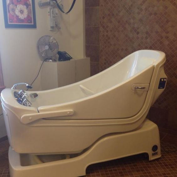 A salon room with tub.