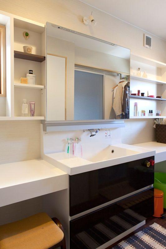 既製の洗面化粧台と造作家具の組み合わせ 脱衣室 収納 洗面化粧台