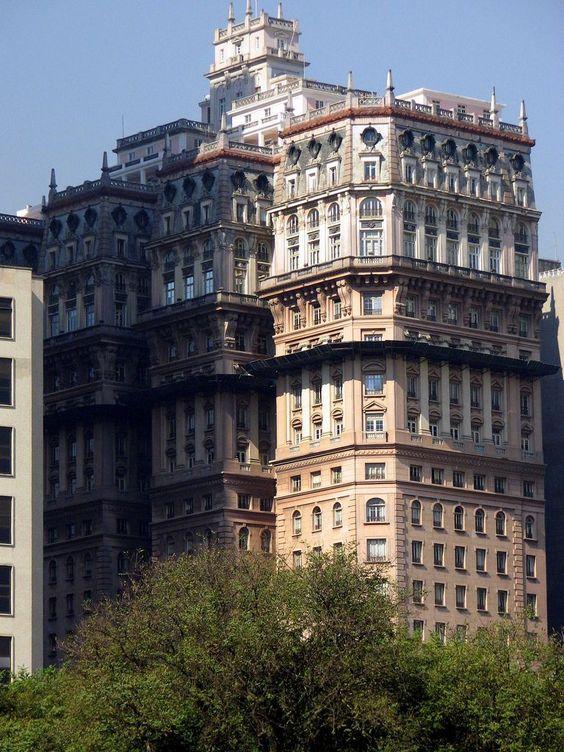 EDIFÍCIO MARTINELLI: Erguido com a técnica construtiva de alvenaria de tijolos e estrutura de concreto. O primeiro arranha-céu do Brasil. A construção foi iniciada em 1924 e inaugurada em 1929 com 12 andares. Os trabalhos foram retomados e seguiram até 1934, finalizando a obra com 30 andares e 105 metros de altura / http://www.skyscrapercity.com/showthread.php?t=1494814