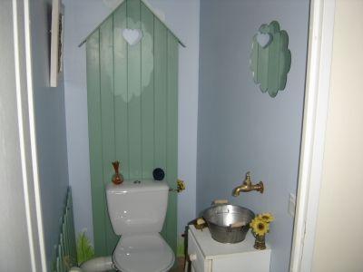 la cabane au fond du jardin vous avez des wc originaux. Black Bedroom Furniture Sets. Home Design Ideas
