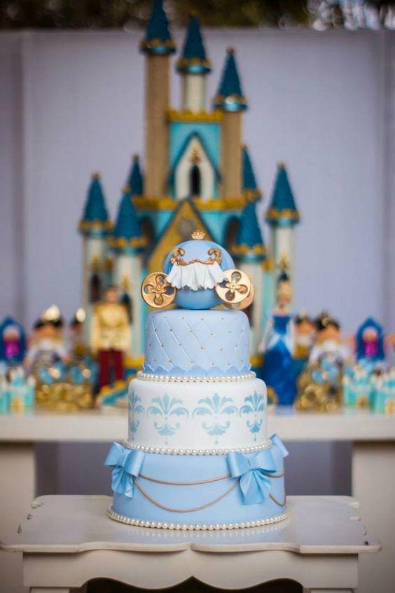 Festa tema Filme Cinderela Uma festa fantástica! Há tantas ideias para uma festa Cinderela, que eu adoro! Um bolo maravilhoso! Esta festa é muito bonita: