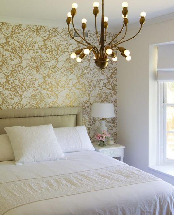 tapeten im schlafzimmer mit goldenen farbspritzer und kronleuchter