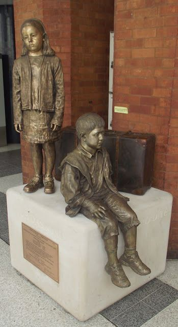 "Flor Kent's much admired sculpture ""Fur Das Kind"" has returned to Liverpool Street Station. These two haunting figures are a memorial to the WWII Kindertransport rescue of children, partly made possible by Sir Nicholas Winton's missions, during which 669 children of mostly Jewish origin were saved."