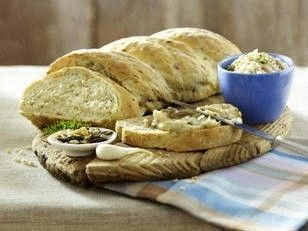 Zwiebelzopf mit Speck, Rosmarin, Nüssen und Knoblauch zu Griebenschmalz Rezept