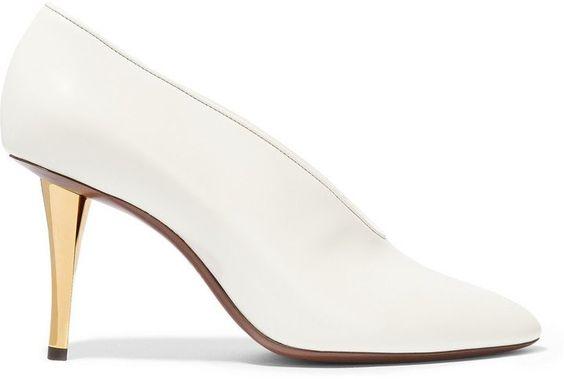 Pin for Later: Diese 16 Schuhe mit V-Ausschnitt verleihen allen lange Beine  Lanvin weiße Lederpumps mit V-Ausschnitt (550 €)