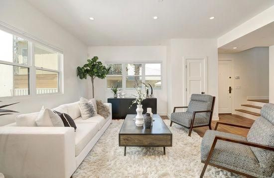 A Usable Yet Chic Modern Living Room With White Couch And Chairs Moderninteriors Livingroom With Images Best Living Room Design Trendy Living Rooms Living Room Modern